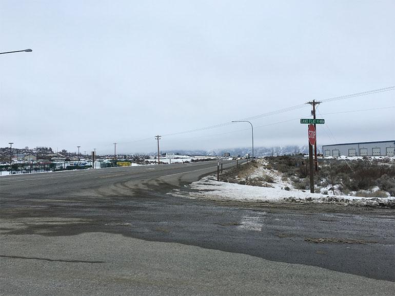 Una vista nevada del cruce de la Calle Sand Flat y la Carretera Federal 97