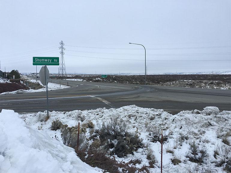 Una vista nevada del cruce de la Calle Shumway y la Carretera Federal 97