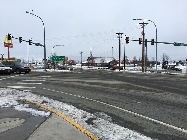 Los carros esperando para dar vuelta en el cruce de Riverside Drive, la Calle Engh y la Carretera Federal 97