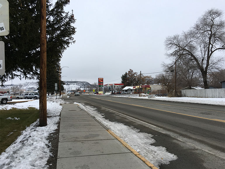 Una vista nevada a lo largo de Omak Avenue